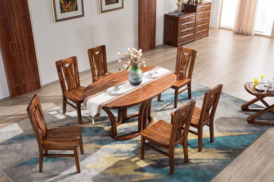Spisestue med spisebord og spisestuestole